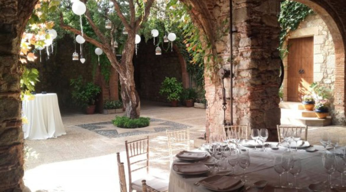 Morning meeting and afternoon room scape at Mas de Sant Lleí